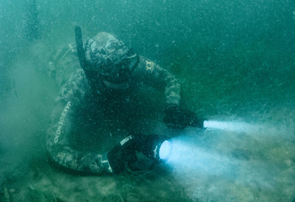 аквалангист с дайверским фонарем