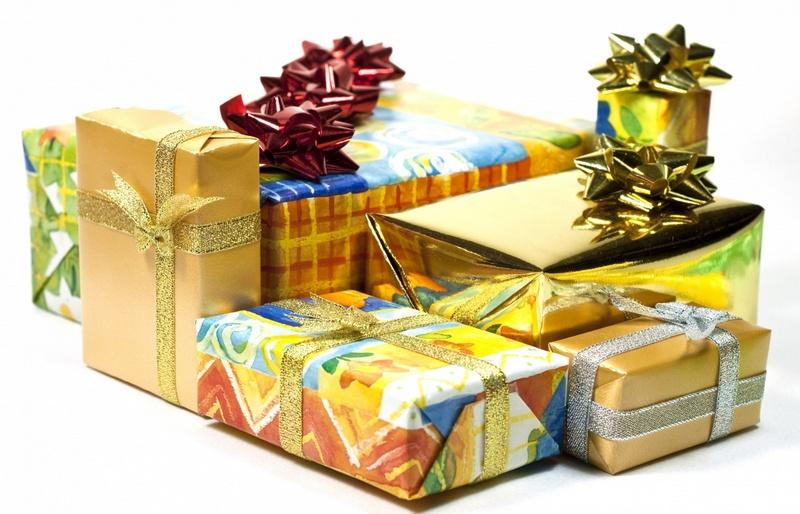 Коробки с подарками на белом фоне